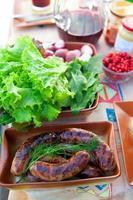 deliciosas salsichas grelhadas foto