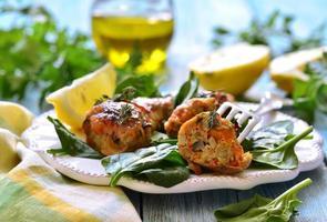 pernas de frango assadas recheadas com cenoura e cogumelos. foto