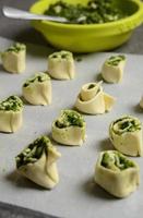 preparação de massa folhada com espinafre e queijo feta grego foto