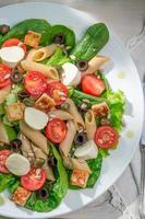 salada com legumes frescos e macarrão
