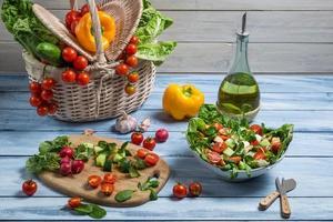 salada saudável feita com legumes frescos
