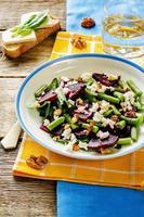 salada com beterraba assada, feijão verde, nozes e queijo de cabra foto