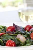 salada quente de espinafre