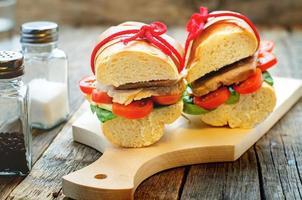 sanduíche com carne, espinafre e tomate