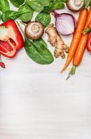 legumes frescos e limpos para um saboroso cozimento. conceito de comida vegana. foto