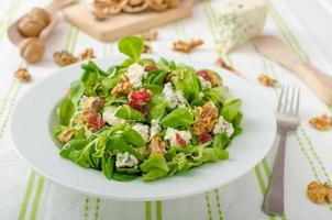 salada com queijo azul e molho balsâmico foto