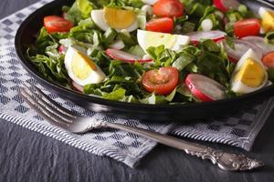 deliciosa salada com ovos, rabanetes e azeda close-up foto
