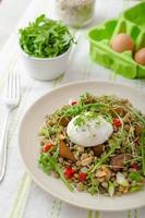 salada de lentilha com ovo escalfado foto