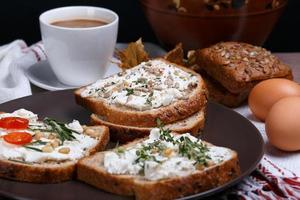sanduíche com queijo macio foto