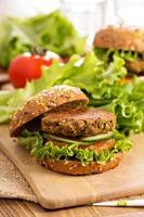 hambúrgueres veganos com lentilhas e pistácios foto
