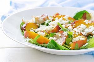 salada com pêssegos, bacon; queijo de rúcula, espinafre e cabra foto