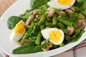 salada de cogumelos com feijão verde e ovos foto