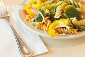 salada de macarrão tricolor foto