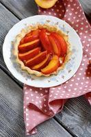 Bolo de frutas frescas em um prato branco foto