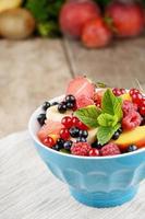 salada de frutas frescas e saborosas foto
