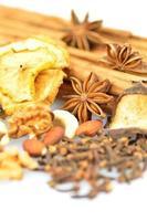especiarias de Natal, nozes e frutas secas no fundo branco foto