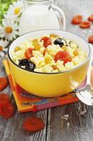 mingau de milho com frutas secas