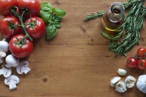 tomate cogumelo alho em um fundo de madeira foto