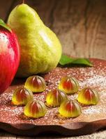 geléias de frutas doces com açúcar e frutas na mesa de madeira foto