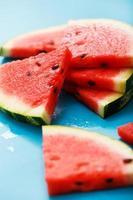 melancia deliciosa em cima da mesa foto