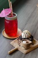 refrigerante de frutas de gelo na mesa de madeira