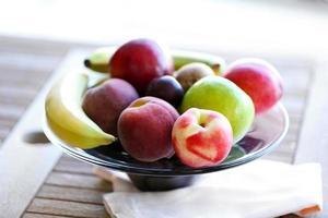 frutas suculentas na mesa de madeira, close-up foto
