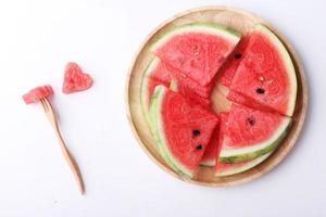 pedaços de melancia de forma de coração com copyspace foto
