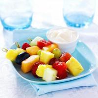 kabob de frutas para crianças foto