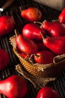 peras vermelhas orgânicas cruas foto