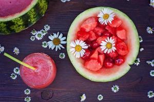 tigela fresca de bebida de melancia, beber em um copo foto