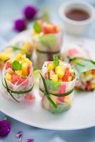 rolinhos primavera de frutas foto