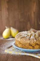 torta de pêra com peras no fundo de madeira foto