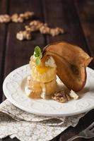 sobremesa de massa folhada de pêra e gorgonzola foto