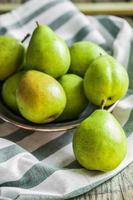 frutas e legumes em fundo rústico foto