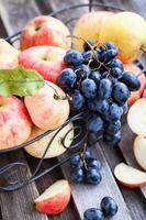 maçãs vermelhas frescas e uva escura foto
