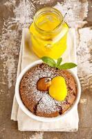 bolinhos com chocolate, pêra e coalhada de limão. café da manhã.