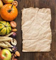 borda de outono em uma mesa de madeira foto