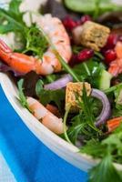 salada fresca de camarão rei em tigela foto