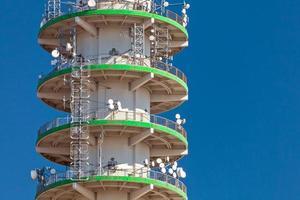grande torre de telecomunicações de concreto foto