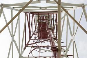torre de telecomunicações, vista de baixo foto