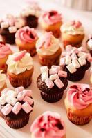 cupcakes para um chá de bebê feminino foto