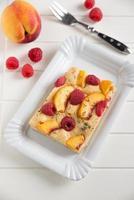 torta de verão com framboesa e pêssego foto