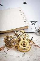 engrenagens de relógio mecânico na mesa de madeira velha foto