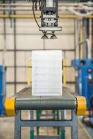 robô industrial trabalhando na fábrica de plásticos foto