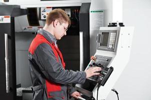 trabalhador na oficina de ferramentas de usinagem