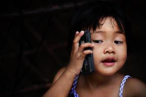 menina feliz falando no celular