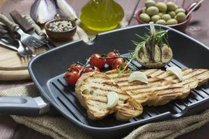 pão de alho italiano na panela de grelhar foto