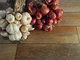 ingredientes de comida tailandesa, alho e cebola vermelha foto