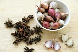 ingredientes alimentares, cebola e ervas foto