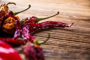 especiarias quentes em tigelas, tema oriental foto